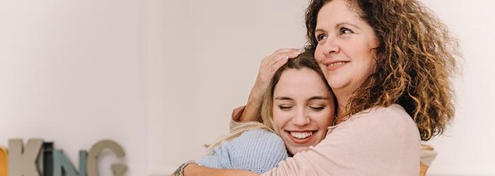 mamé e hija en casa