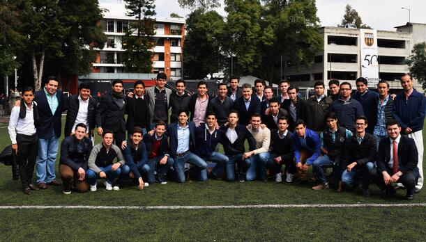 Foto clásica del club de liderazgo con Héctor González Iñarritu en la prepaUP.jpg