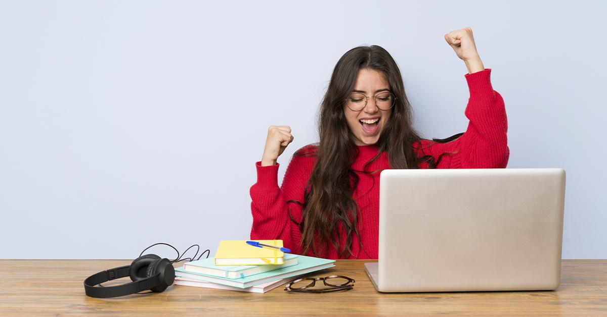 ¿Cómo pueden las jóvenes desempeñarse mejor al estudiar en línea?